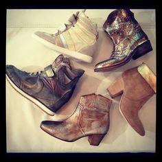 Le Metal au centre des collections ce printemps, Serafini avec leur sneakers Manhattan, Strategia et leur boots esprit Isabel Marant.  We ♥ Metal