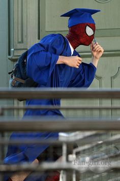 Spider-Man Jumps for Joy and Graduates in New Set Photos - News - GeekTyrant Spider Art, Spider Verse, Beautiful Pictures With Quotes, Andrew Garfield Spiderman, Comics Spiderman, Dark Art Photography, Marvel Infinity, Jumping For Joy, Super Hero Costumes