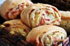Aprenda fazer Joelho, tradicional pão recheado facilmente encontrado em padarias e lanchonetes.