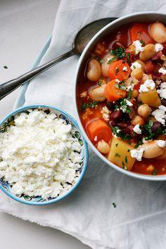 Einfaches Kichererbsen-Bohnen-Stew mit Tomaten und Feta. Vegetarisch, unkompliziert und bombastisch gut.