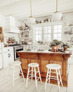 Traditional country kitchens are a design option that is often referred to as being timeless. Over the years, many people have found a traditional country kitchen design is just what they desire so they feel more at home in their kitchen. Modern Farmhouse Kitchens, Farmhouse Kitchen Decor, Home Kitchens, Dream Kitchens, Cottage Farmhouse, French Cottage Kitchens, White Cottage, Cozy Cottage, Kitchen Modern