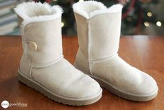 Uggs are not only the most loved but also the most controversial boots on the market. What makes them so loved and so hated at the same time? Ugg Boots With Bows, Ugg Style Boots, Ugg Boots Cheap, Cheap Uggs, Shearling Boots, Leather Boots, Boots 2017, Doc Martens Boots, Vegan Boots