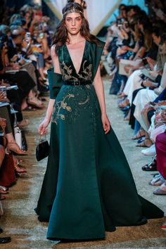 The complete Elie Saab Fall 2017 Couture fashion show now on Vogue Runway. Style Haute Couture, Couture Mode, Couture Fashion, Runway Fashion, Fashion Fall, Elie Saab Couture, Couture Dresses, Fashion Dresses, Mode Orange