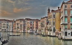 Discover our list of 7 best places in Italy? Check out these seven gorgeous Italian cities you must visit before you die. From Venice, Milan to Rome. Best Places In Italy, Places To See, Venice Guide, Voyager C'est Vivre, Bon Plan Voyage, Italy Pictures, Italy Holidays, Voyage Europe, Excursion