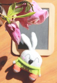 Petit lapin au bout de mon crochet… Amigurumi / Cute crochet bunny at the tip of my hook, amigurumi bunny.
