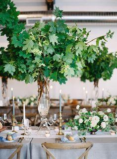 16 oversized greenery decor and smaller centerpieces with white flowers - Weddingomania