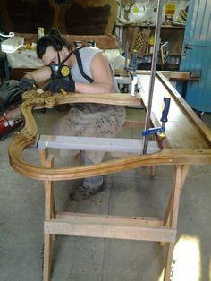 Serviço de restauração em uma cabeceira de cama,  mínimos detalhes para tentar fazer o melhor possível.