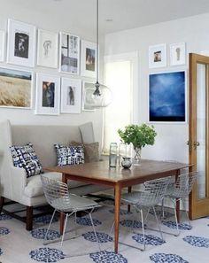 essecke gestalten kleine Retro Couch und Kissen mit digitalem Muster