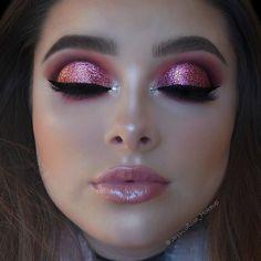 cut crease – night make up Eye Makeup Tips, Smokey Eye Makeup, Makeup Goals, Beauty Makeup, Makeup Ideas, Makeup Style, Huda Beauty, Glitter Eyebrows, Glitter Makeup