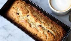 Bananenbrood, of eigenlijk bananencake: altijd goed. Het allerlekkerst met hele rijpe bananen! De textuur van deze cake zit tussen droog en crunchy ensmeuï...