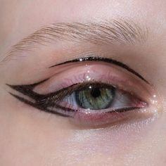 Whenever you do eye makeup, make your eyes look brighter. Your eye makeup need to make your eyes stand out amongst the other functions of your face. Eye Makeup Tips, Makeup Inspo, Makeup Art, Makeup Inspiration, Beauty Makeup, Eyeliner Ideas, Makeup Salon, Eyeliner Tutorial, Beauty Nails