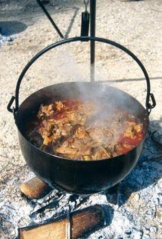 Caldereta de cordero extremeña - Güveç yemekleri - Las recetas más prácticas y fáciles Spanish Dishes, Spanish Cuisine, Spanish Food, Spanish Recipes, Goat Recipes, Primal Recipes, Mexican Food Recipes, Goat Meat, Cast Iron Cooking