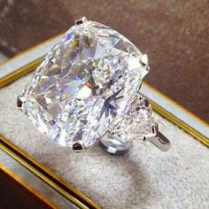 How Are Vintage Diamond Engagement Rings Not The Same As Modern Rings? If you're deciding from a vintage or modern diamond engagement ring, there's a great deal to consider. I Love Jewelry, Bling Jewelry, Diamond Jewelry, Jewelery, Large Diamond Rings, Ring Verlobung, Solitaire Ring, Halo Rings, Schmuck Design