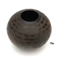 beer pot Period 20th c. Provenance Sudan Area Otalo Population Anyua Vernacular term aqulo Function 1 container Function 2 supply Typology pot Matter terracotta diameter 225 mm