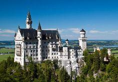 La Ruta Romántica, perfecta para los enamorados Una de las carreteras más turísticas y populares de Alemania es la Ruta Romántica, que pasa por castillos y ciudades medievales como la hermosa Rothenburg of der Tauber. Se extiende desde Zürzburg y hasta los Alpes y surca no sólo impresionantes valles, ríos y bosques, sino también el castillo romántico por excelencia: el castillo de Neuschwanstein.
