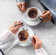 Coffee with friends Coffee Cafe, Coffee Shop, Coffee Lovers, Coffee Photography, Food Photography, Coffee With Friends, Refreshing Drinks, Morning Coffee, Bon Appetit