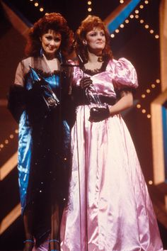 """The Judds capture the Horizon Award (renamed New Artist of the Year in 2008) during """"The 18th Annual CMA AwardS"""" (10/8/1984)."""