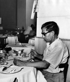 HE LOOKS JUST LIKE MY DAD FROM THE SIDE AT CLUB 64 ...  News Photo: The Italian American mafia gangster Lucky Luciano eating…w