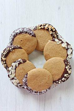 biscotti di farro vegan decorati con frutta secca