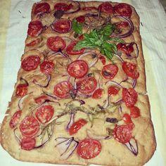 Focaccia integrale con pomodorini, cipolla e basilico...#focaccia#integrale#pizza#napoletana#good#food#love#likes#madeinitaly#cucinaitaliana#