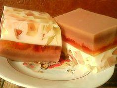 http://interesnoe-v-it.ru Желе из сгущенного молока. Ингредиенты: - банка сгущенного молока - 4 разных пакетика желе - какао - желатин Сначала я заготовила фруктовое желе. Для этого в 4 посудины...