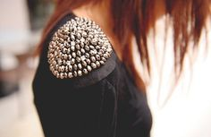 Oh I want a studded shoulder shirt Fashion Details, Diy Fashion, Womens Fashion, Looks Style, Style Me, Studs And Spikes, Rocker Chic, Diy Clothing, Shoulder Pads