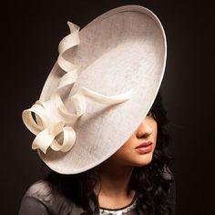 Sombrero gris y marfil platillo / fascinator / por AnnabelAllenHats