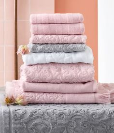 A hand towel pile of muted grey and dusty pink creates a warm feeling. | H&M Home