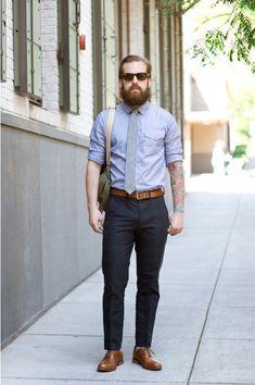 Acheter la tenue sur Lookastic:  https://lookastic.fr/mode-homme/tenues/-pantalon-de-costume-chaussures-brogues--cravate-ceinture/27  — Chaussures brogues en cuir brunes  — Pantalon de costume écossais bleu marine  — Ceinture en cuir brun  — Chemise à manches longues en chambray bleu  — Cravate en laine gris  — Besace en toile olive