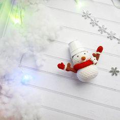 Сто лет уже не лепила снеговиков зимой 🙁  Ну хотя бы связала ⛄    Снеговик как положено - с ведром на голове, носом морковкой и руками из веток. Ведро и варежки снимаются.   Рост снеговика 6 см + 3 см высота ведра    И конечно же мы ищем дом 🏡   700 руб + почтовые расходы
