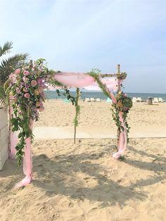 Met een romantische trouwboog / rozenboog maak je het perfecte decor waar jullie elkaar het JA woord zullen geven. De trouwboog decoreren wij natuurlijk helemaal in stijl, passend bij het thema van jullie bruiloft, je bruidsboeket en al het overige bruidsbloemwerk.