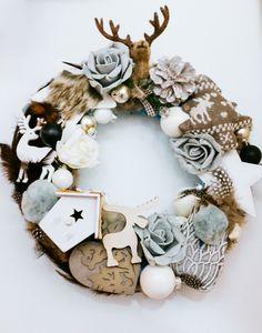 Krans met grijs en wit- Kerstkrans maken van kerstballen- chrismas wreath- http://www.galerie-lucie.nl/