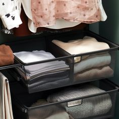 A good way to store your clothes is by dividing the solution into sections for job, leisure and party. Another way is to sort by colour. To keep a clean look, use identical hangers in the entire closet.