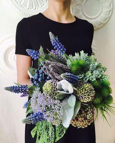 Как же мне нравится собирать необычные свадебные букеты! @realtouch.msk Прям эстетическое удовольствие! На обсуждении с невестой у меня аж руки трясутся, так хочется побыстрее его собрать) этот прекрасный букет уезжает далеко за моря. #realtouchflowers #flowerart #flowerarragement