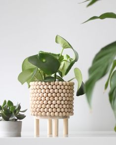 diy pot perles bois Best Picture For garden pot design planters For Your Taste You are looking for s Home Crafts, Diy Home Decor, Diy And Crafts, Diy Y Manualidades, Bois Diy, Diy Tumblr, Diy Plant Stand, Ideias Diy, Diy Planters
