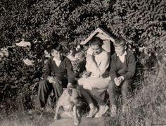 Schloß Glopper  Baronin Grete von Külmer mit den Brüder Rainer und Christoph S.