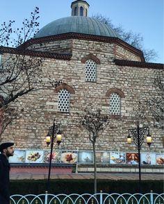 Entre las mezquitas de Santa Sofía y la Azul, un flashazo y la magia del encuadre. Un joven turco entra en plano, de fondo siglos de historia que siguen dejando huella en #Estambul. #Turquía