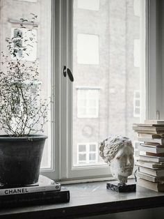 Windowsill decoration 57 ideas how to discover the potential of the windowsill Vardagsrum Diy Interior Styling, Interior Decorating, Diy Interior, Scandinavian Interior, Scandinavian Apartment, Cozy House, Home Decor Accessories, Cheap Home Decor, Interior Inspiration