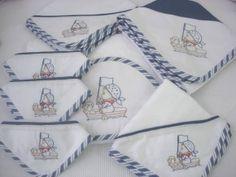 Enxoval básico para bebê, temas e cores diversas, composto por uma toalha de banho com uma fralda grande avulsa sem bordado, uma fralda grande com quina bordada, um cueiro, uma manta malha, três babitas de malha ou fralda (a escolher), e um babador. Tudo confeccionado em tecidos de alta qualidade e 100% algodão. O número de itens pode ser modificado. Nas outras fotos sugestões de temas e bordados. O nome do bebê pode ser bordado em todas as peças.