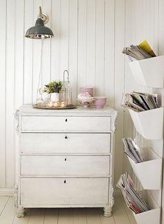 Tones maletips. Tone har malt mange møbler, og har et godt tips for å få den riktige ru og matte overflaten – bland gips i malingen! Du kan også male med en sinkmaling først, for å få et rustikt uttrykk.