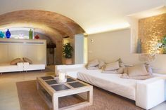 The curved roof gives such a wonderful, Mediterranen vibe to this room. By Brick construcció i disseny
