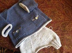 """Olmo, un bel nome della campagna emiliana(fa molto """"albero degli zoccoli"""" di ..Olmi..) per un bimbo che sta nascendo ora. Il suo papá un amico dei figli che ho conosciuto in fasce,mamm… Knitting For Kids, Baby Knitting Patterns, Crochet For Kids, Baby Patterns, Knit Crochet, Baby Kids, Baby Boy, Baby Cocoon, Baby Crafts"""