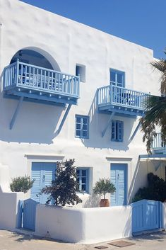Holiday on the Island of Naxos, Greece. Looking for accommodation in Naxos? Light Blue Aesthetic, Blue Aesthetic Pastel, Aesthetic Colors, Santorini House, Greece House, Beautiful Homes, Beautiful Places, Greek Decor, Casas The Sims 4