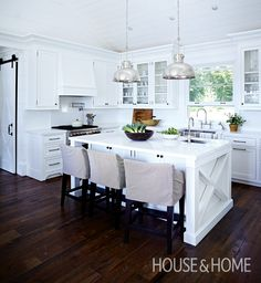 Classic White Kitchen Design | Tour This Luxurious Cottage On Lake Muskoka Here: http://houseandhome.com/tv/segment/tour-luxurious-cottage-lake-muskoka | Design by Cameron MacNeil | #cottage #traditionalkitchen #whitekitchen #kitchendesign #interiordesign #decorating
