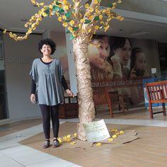 Verônica Jamkojian com sua obra #origamitree #arvoreemorigami #origamiarvore