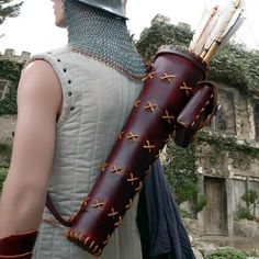 This high quality tapered classic quiver is made in a rustic style. The Nottingham Quiver features a accessory pouch perfect for strings, wax, extra points, sharpening stone and other little necessities so often handy in the field. Hunting Arrows, Bow Hunting, Archery Hunting, Diy Leather Working, Leather Quiver, Archery Quiver, Traditional Archery, Leather Accessories, How To Make Bows