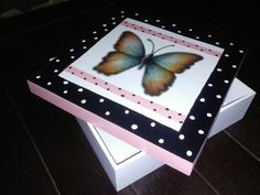 Caixa quadrada com borboleta