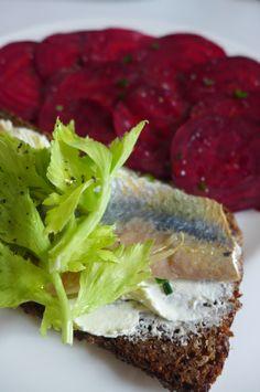 La tartine de hareng sur du pain de seigle concassé, carpaccio de betterave crue sur http://toulemondencuisine.wordpress.com