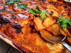 Hakket oksekød, fløde og kartofler i fad, samt lidt blandet grønt, og bagte peberfrugter | Persilles blog
