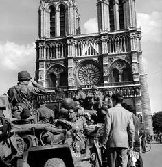 American soldiers at Notre Dame, during the liberation of Paris, August 1944 WWII Liberation Of Paris, D Day Beach, America Washington, Ville France, Photo Report, Industrial Photography, American Soldiers, Photo Essay, World War Two